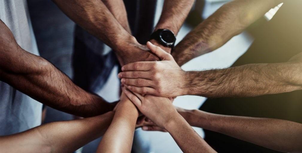 pessoas com as mãos unidas