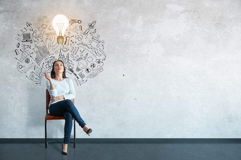 mulher com lâmpada